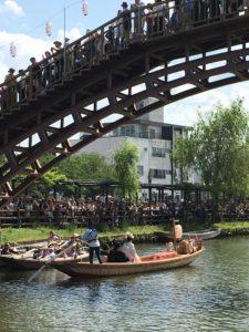 水郷潮来あやめまつりの嫁入り舟が橋の下をくぐるところ