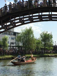 水郷潮来あやめまつりの嫁入り舟が橋の下をくぐったあと